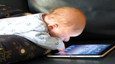 Nene con tablet