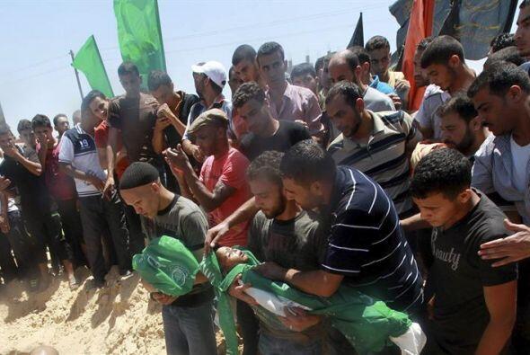 Un grupo de palestinos entierra el cuerpo de Mohamed Mnassrah, un ni&nti...