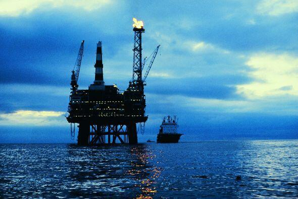 Una plataforma petrolera estalló frente a las costas de Louisiana, lo qu...