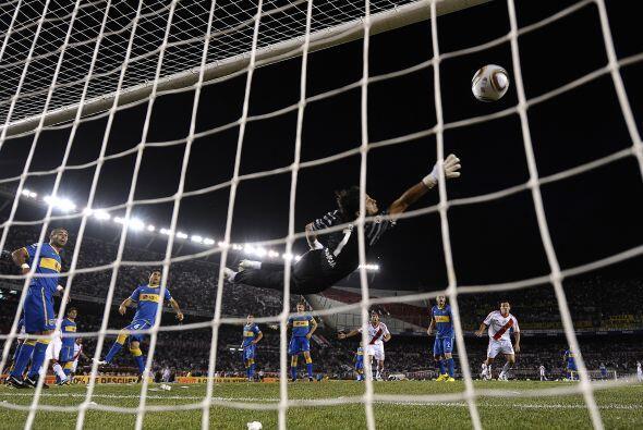 Cabezazo de de Jonatan Maidana y ¡goooollllll! de River Plate en el arra...