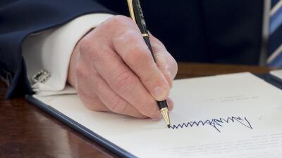 Firma de Donald Trump sobre un documento oficial.