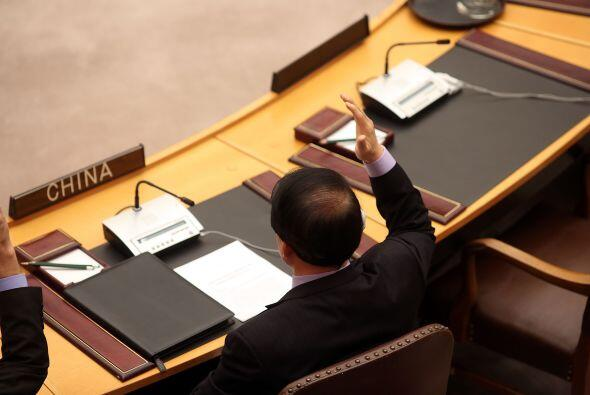En la imagen, el embajador de China ante la ONU, Li Baodoung, se suma a...