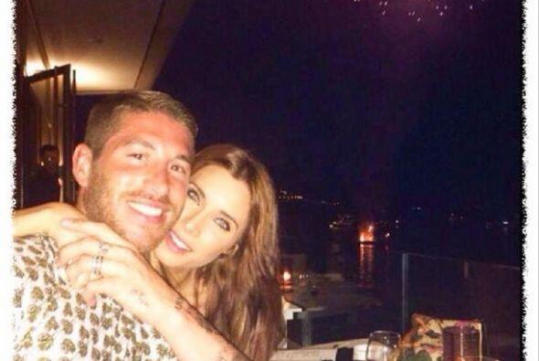 Sergio Ramos adornó esta foto donde sale acompañado por su novia Pilar R...