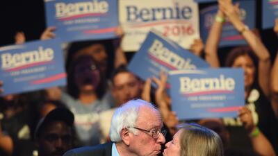 Bernie Sanders besa a su esposa en un evento en Hollywood, California