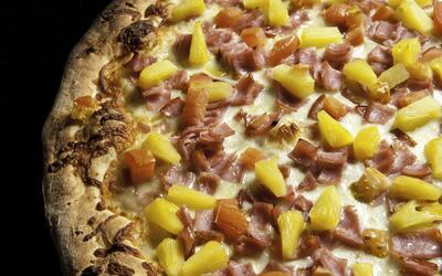 Dulce y salada a la vez: la pizza hawaiana tiene amantes y detractores.