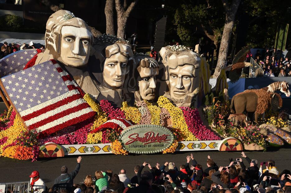 Miles de personas disifrutaron de este tradicional desfile lleno de músi...