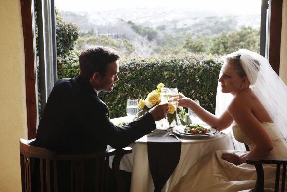 4.- Qué beber: Seguro querrás brindar con tus invitados. Te recomiendo o...