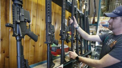En Florida un joven de 18 años puede comprar un rifle de asalto c...