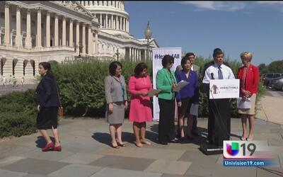 Congresistas demócratas de California piden acceso de indocumentados a O...