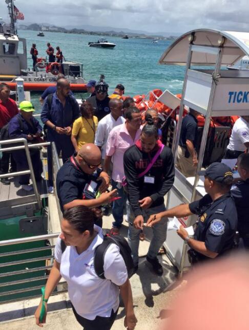 Los 387 pasajeros fueron transportados al muelle de San Juan donde fuero...