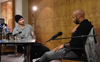 J.J Redick de los 76ers en una conversacion con la leyenda Thierry Henry.