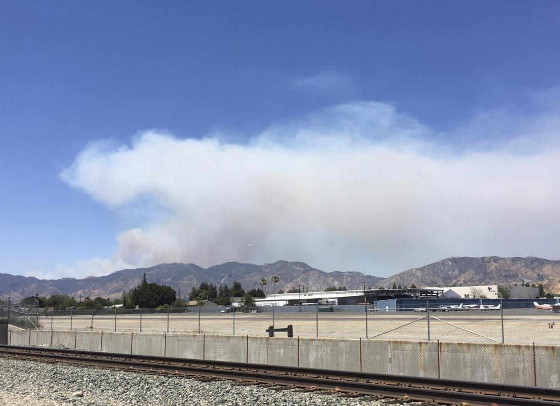 Una nube de humo cubre Santa Clarita.