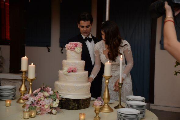 Vanessa y Jorge se dispusieron a cortar la deliciosa tarta.