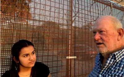 Kayla y Rusty en la valla fronteriza entre los EE. UU. y México.