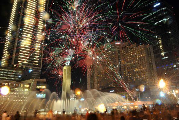 La ciudad se iluminó con el centenar de fuegos que se mezclaban con la l...
