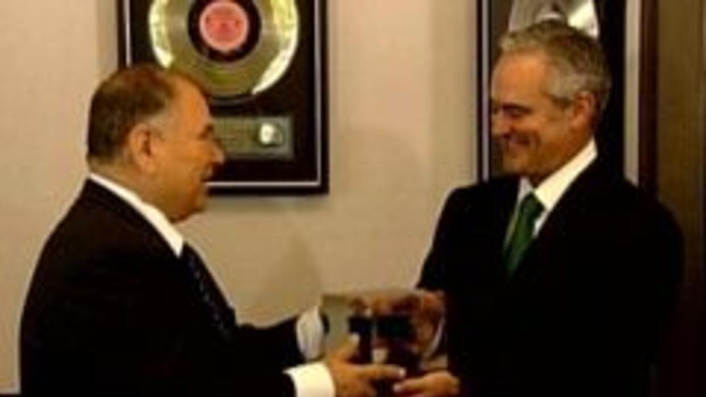 Raúl Yzaguirre recibiendo su premio