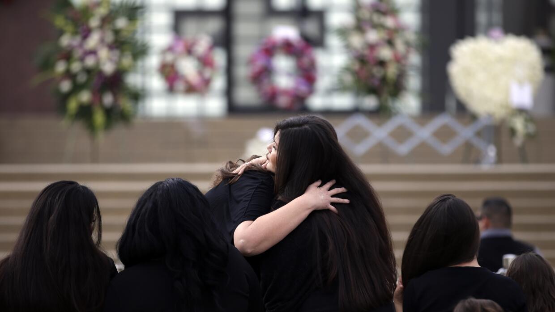 Familiares y amigos llegan al servicio religioso.