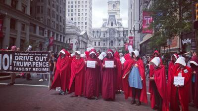 Vestidas como criadas de la serie 'The Handmaid's Tale' protestan contra Pence en Philadelphia