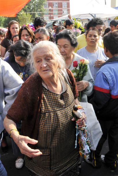 Gente de varias partes del país se da cita en el templo para pedir o agr...