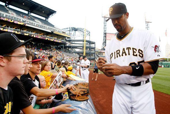 Derrek Lee, estrella de Pittsburgh, se tomó el tiempo de firmar una pelo...