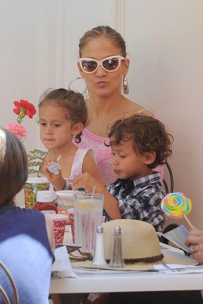 JLo es una madre cariñosa con sus mellizos: Emme y Max, a quienes procre...