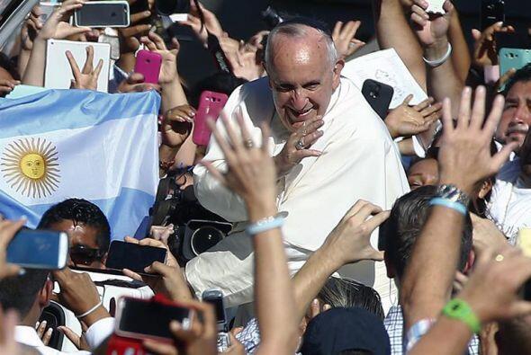Francisco saludó a la multitud que lo esperaba.