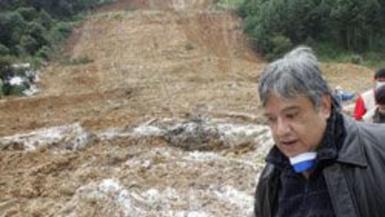 Un alud de tierra provocó la muerte de cinco personas, entre ellas tres...