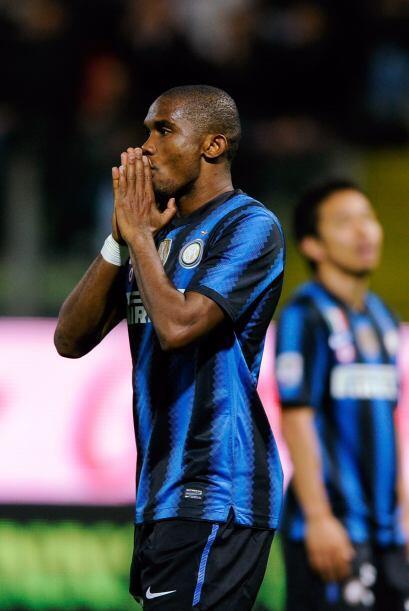 Mientras tanto el Inter no encontraba la manera de penetrar y Eto'o se l...