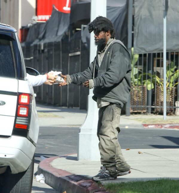 La modelo hizo una noble labor al repartir alimentos a varias personas s...