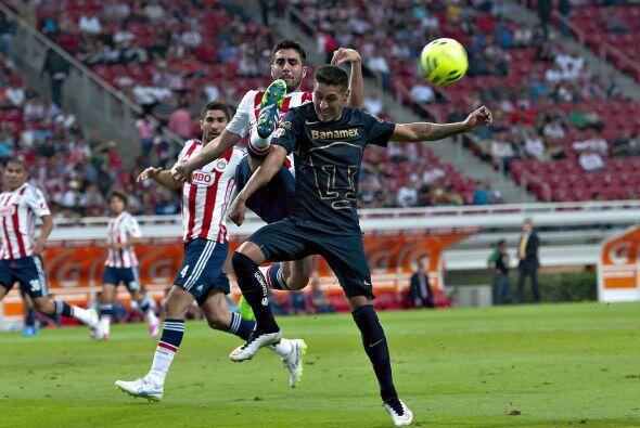 El duelo de las Chivas ante los Pumas terminó caliente y con polémica de...