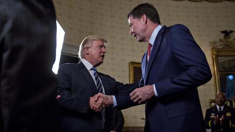 El presidente Donald Trump y el exjefe del FBI James Comey en un encuent...