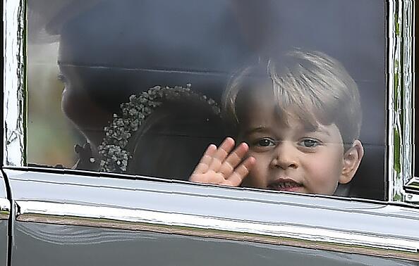 Con tan solo tres años de edad, el Príncipe George saluda desde el coche.