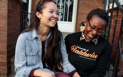 Rachelle Faroul (derecha) y su pareja, Hanako Franz, frente a su nuevo h...