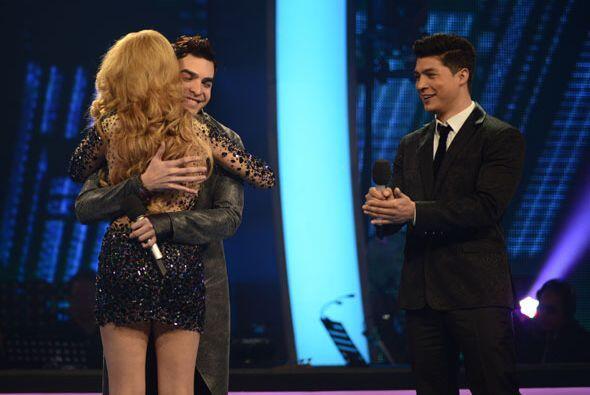 Le dio un abrazo a Paloma, quien regresaba con su equipo.