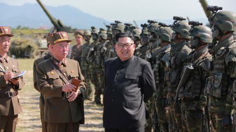 Kim Jong Un pasa revista al ejército norcoreano