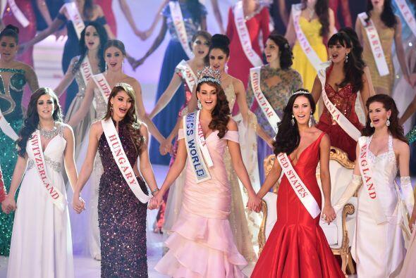Miss World 2014 se toma de las manos con las otras chicas.