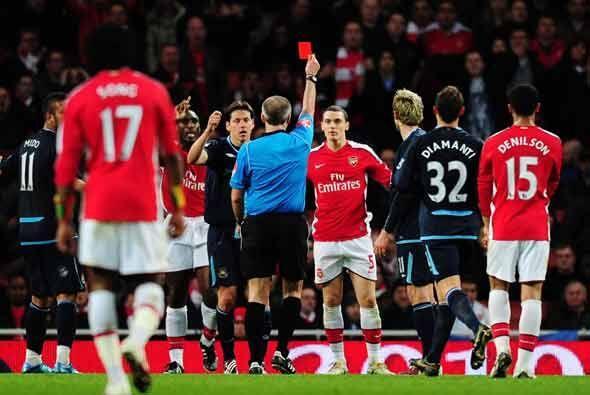 Los 'Gunners' se quedaron con 10 luego de esta tarjeta roja a Vermaelen,...