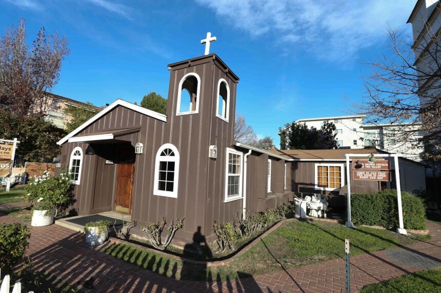 En esta capilla, conocida como 'Little Brown Church', Stamos y M...