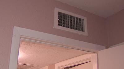 Denuncian fallas en el aire acondicionado en un condominio ubicado en el suroeste de Houston