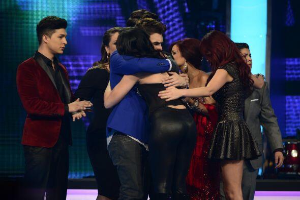 Y también sus compañeros le dijeron adiós con un abrazo.