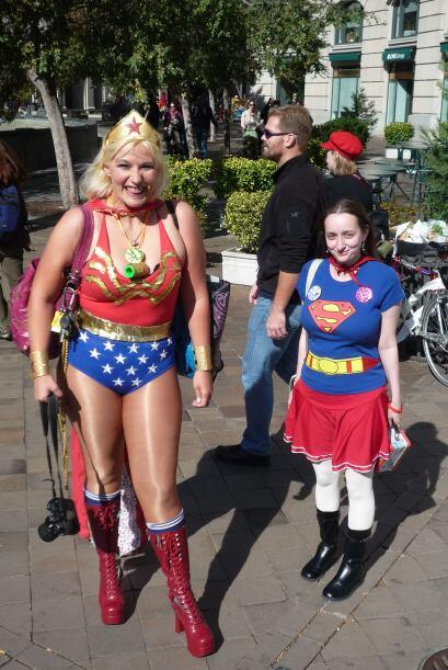 """Si de héroes se trata, la """"Mujer Maravilla"""" y """"Super Girl"""" no se quedaro..."""