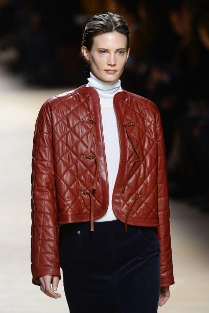El color de esta chaqueta le da un toque más divertido al cuero.