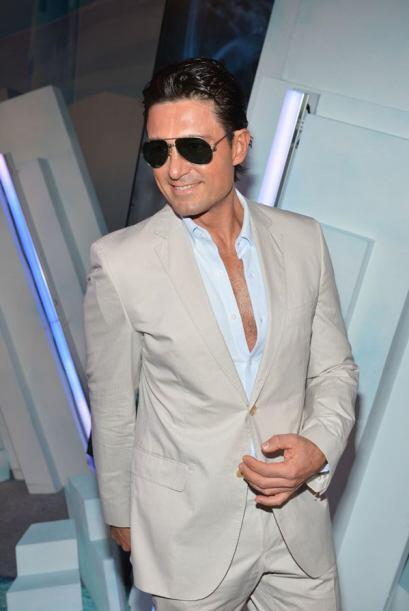 Este galanazo se llama Fernando Colunga y no es cantante, es actor de te...