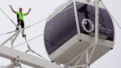 Nik Wallenda camina sobre la estructura de 'Orlando Eye'