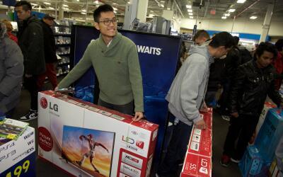 Consumidores se dirigen a las tiendas de electrónica despu&eacute...