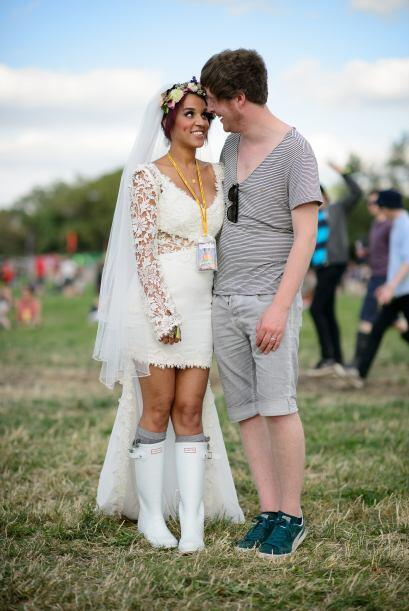 Además usó un vestido de encaje corto con cauda simple.