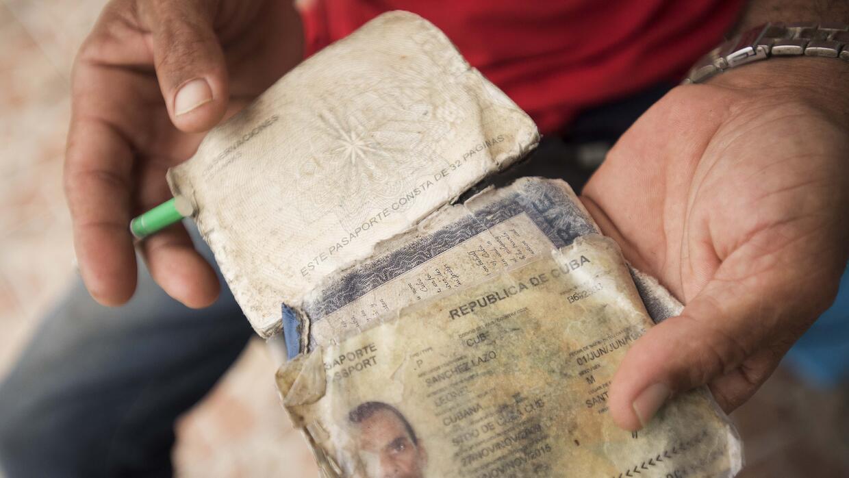 Según cuenta Leonel Sánchez, este pasaporte deteriorado se interpone ent...