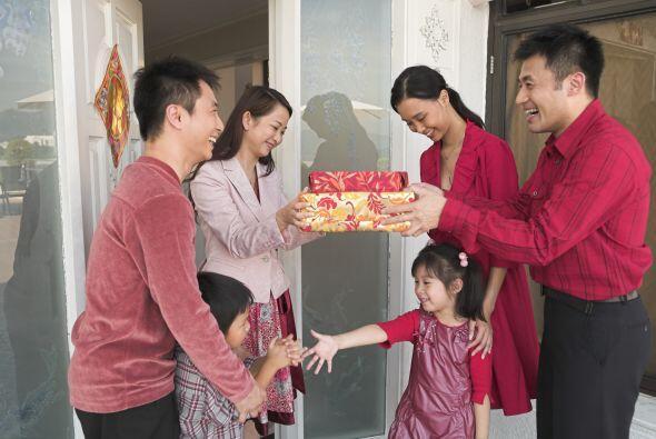 5 - ¿Qué regalos se hacen?    Los chinos se felicitan el año nuevo enton...