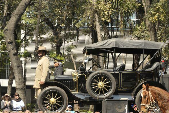 Autos clásicos, gente vestida de la época, personajes históricos y más r...