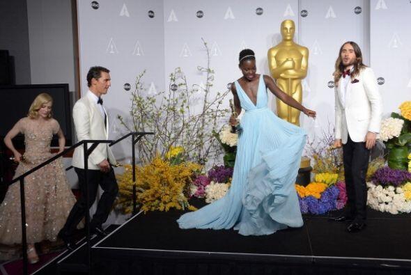 """Así entró Lupita partiendo plaza con su vestido """"azul Nairobi"""", como ell..."""